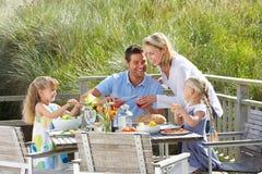 Familj på semester som utomhus äter royaltyfria bilder