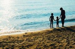 Familj på sjösidan arkivbilder