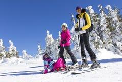 Familj på skidalutningen Royaltyfria Bilder