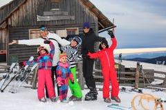 Familj på snowen arkivbilder