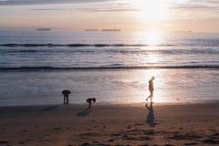 Familj på solnedgången arkivbilder