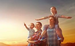 Familj på solnedgången arkivfoto