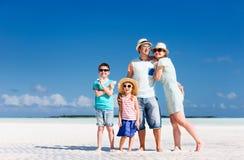 Familj på sommarsemester arkivbilder