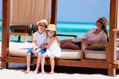 Familj på sommarsemester royaltyfri fotografi