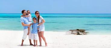 Familj på sommarsemester fotografering för bildbyråer