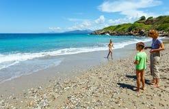 Familj på sommarstranden (Grekland, Lefkada) Arkivfoto