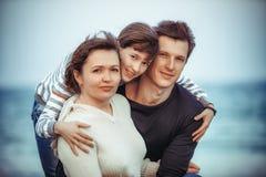 Familj på sommarstrandferie Arkivfoto