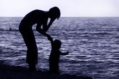 Familj på stranden Arkivbild