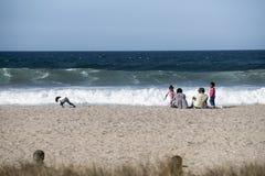 Familj på stranden. Arkivbilder