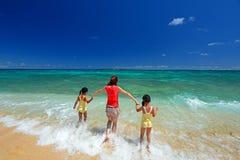 Familj på stranden Arkivfoton