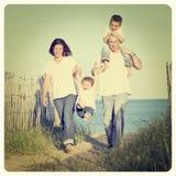 Familj på stranden arkivfoto