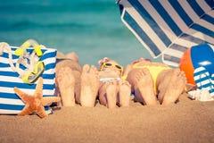 Familj på stranden royaltyfri bild