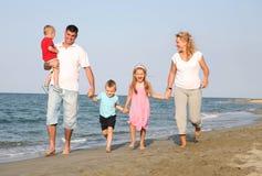 Familj på stranden Arkivbilder