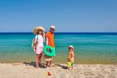 Familj på stranden i Grekland royaltyfri bild