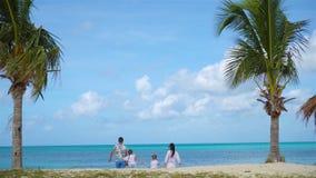 Familj på stranden på karibisk semester stock video