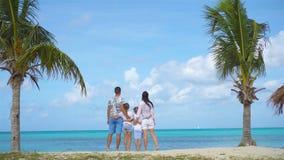 Familj på stranden på karibisk semester arkivfilmer