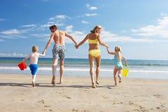 Familj på strandsemester Royaltyfri Bild
