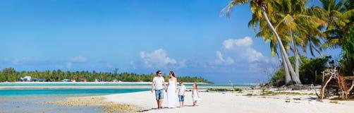 Familj på strandsemester Royaltyfri Foto