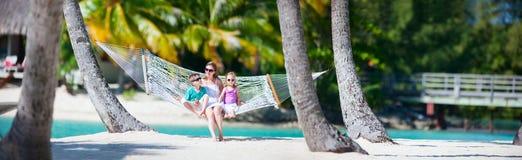Familj på strandsemester Royaltyfria Foton