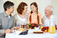 Familj på tacksägelsetabellen royaltyfri foto