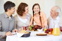 Familj på tacksägelsetabellen royaltyfria bilder