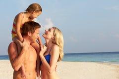Familj på tropisk strandferie Fotografering för Bildbyråer