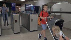 Familj på vändkors i tunnelbana arkivfilmer