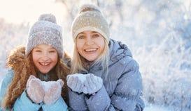 Familj på vintern arkivbild