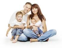 Familj på vit bakgrund, folk fyra personer, barnföräldrar fotografering för bildbyråer