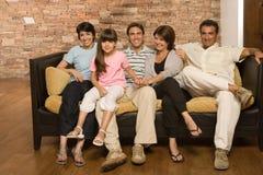 Familj på en soffa Fotografering för Bildbyråer