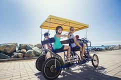Familj på en surrey cykelritt längs kusten av Kalifornien Arkivfoton