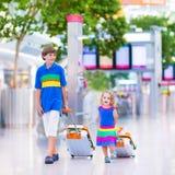 Familj på flygplatsen Royaltyfri Bild