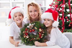 Familj på jultid Arkivbild