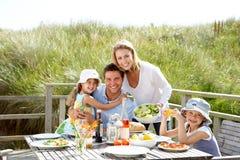 Familj på semester som utomhus äter Arkivbilder