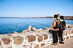 Familj på skyddsmur mot havet på Östersjön Royaltyfri Fotografi