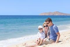 Familj på stranden Fotografering för Bildbyråer