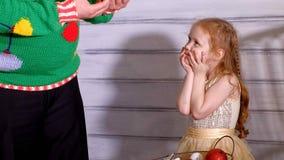 Familj runt om en julgran som dekorerar den lager videofilmer