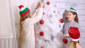 Familj runt om en julgran som dekorerar den stock video