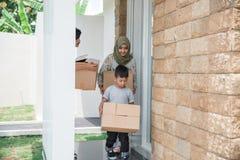 Familj som är klar att flytta sig till det nya huset arkivfoton