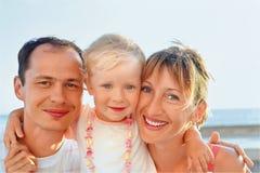 familj som är lycklig little near hav till Arkivfoton