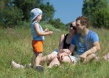 Familj som är utomhus- på en ljus sommardag Fotografering för Bildbyråer
