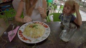 Familj som äter en traditionell malaysisk och indonesisk mat - nasigoreng som slås in i ett stekt ägg Lopp till Malaysia och stock video