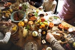 Familj som äter fira tacksägelsebegrepp arkivfoto