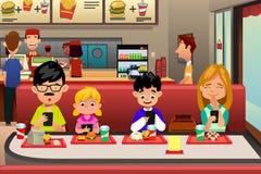 Familj som äter ut i restaurangen stock illustrationer