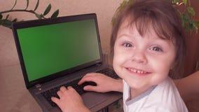 Familj som arbetar på bärbara datorn arkivfilmer