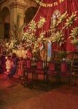 Familj som ber på altaret Arkivbilder