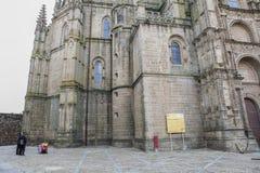 Familj som besöker den nya domkyrkan av Plasencia, Caceres, Spanien, euro Royaltyfri Foto