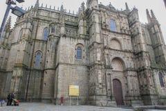 Familj som besöker den nya domkyrkan av Plasencia, Caceres, Spanien, euro Royaltyfri Fotografi