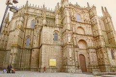 Familj som besöker den nya domkyrkan av Plasencia, Caceres, Spanien, euro Arkivbilder