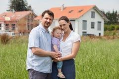 Familj som bygger ett hus - fastighet royaltyfria bilder